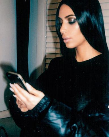 Kim Kardashian no vídeo de divulgação da Path McGrath