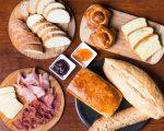 Seleção de pães e frios do bruch criado pelo Restaurante Pomodori