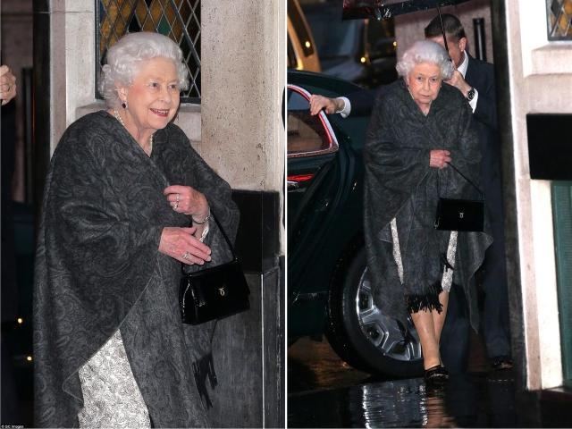 A rainha saindo do The Ivy, em Londres