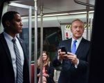 Kevin Spacey, como Frank Underwood, no metrô de Washington