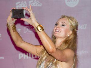 Em entrevista, Paris Hilton jura de pés juntos que inventou a selfie. Oi?