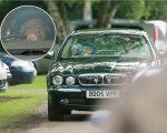A rainha dirigindo seu Jaguar