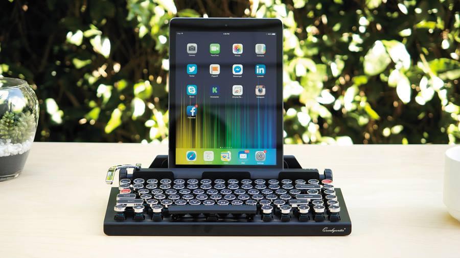 QWERKYWRITER Que tal lembrar a sensação de usar uma máquina de escrever? Esse teclado faz exatamente isso e, apesar do jeitão vintage,  pode se conectar a iPhones, iPads, iMacs, Mac Pros, Macbooks e tablets Android e Windows via bluetooth. E o fabricante garante que, além de bonito, o aparelho é ergonômico.  R$ 950 qwerkywriter.com