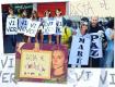 Crianças e artistas pedindo paz para a favela da Maré