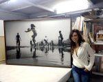 """Simone Monte com a foto """"The Game"""", que foi parar no acervo do recém-inaugurado Museu da Fotografia Fortaleza – o maior da América Latina"""
