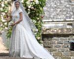 Pippa Middleton com vestido de noiva assinado por Giles Deacon