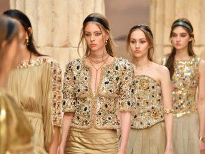 Chanel leva referências da Grécia Antiga para desfile cruise em Paris