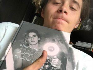 Brooklyn Beckham com seu livro recém-lançado