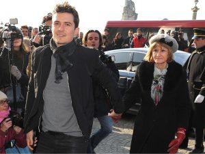Mãe de Orlando Bloom manda currículo do filho para os tabloides britânicos. Oi?