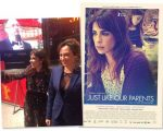 """A atriz Maria Ribeiro com a diretora Laís Bodanzky e o cartaz do filme """"Como Nossos Pais"""", que estreia esta semana em Paris"""