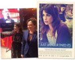 """A atriz Maria Ribeiro com a diretora Laís Bodanzky e o cartaz do filme """"Como Nossos Pais"""": prêmio máximo em Paris!"""