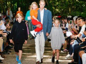 Saem os modelos e entram pais com seus filhos no desfile da Balenciaga