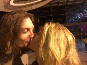 Letícia Spiller comemora aniversário em SP com homenagem do namorado