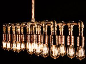 Lá em Casa: peso industrial na luminária La Lampe por Gabriel Wickbold