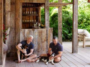 Anderson Cooper e Benjamin Misani em sua casa no Quadrado, em Trancoso