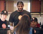 Lebron James trabalha em uma unidade da Blaze Pizza