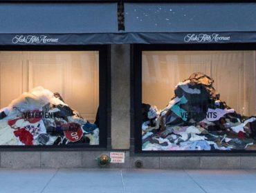 Saks exibe em sua vitrine manifesto contra desperdício criado pela Vetements
