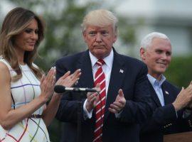 """No Dia do Trabalho dos EUA, Trump posta foto com a mulher usando vestido """"gringo"""""""
