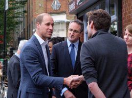 Careca e feliz: bem humorado, príncipe William brinca com a própria queda de cabelo