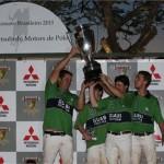 Os jogadores do time Guabi Polo, no fim da 4ª Copa Mitsubishi Motors de Polo: tarde animada no Helvetia Polo Country Club!