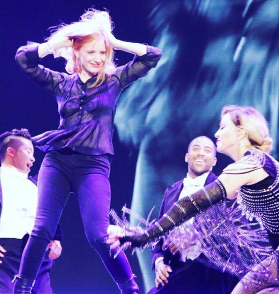 Jessica Chastain e Madonna durante o show em Praga || Créditos: Reprodução / Instagram