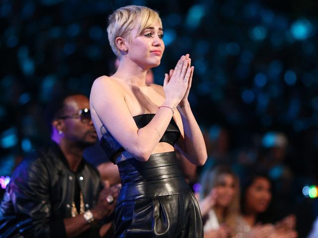 Miley chorando no palco do VMA 2014  ||  Créditos: Getty Images