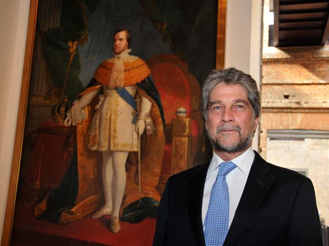 O príncipe Dom João de Orleans e Bragança com a obra || Créditos: Divulgação