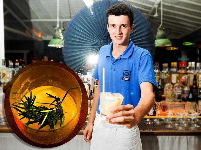 O barman, Iago Duarte, e o drink Ébano, preferido do Glamurama || Créditos: Paulo Freitas e Glamurama