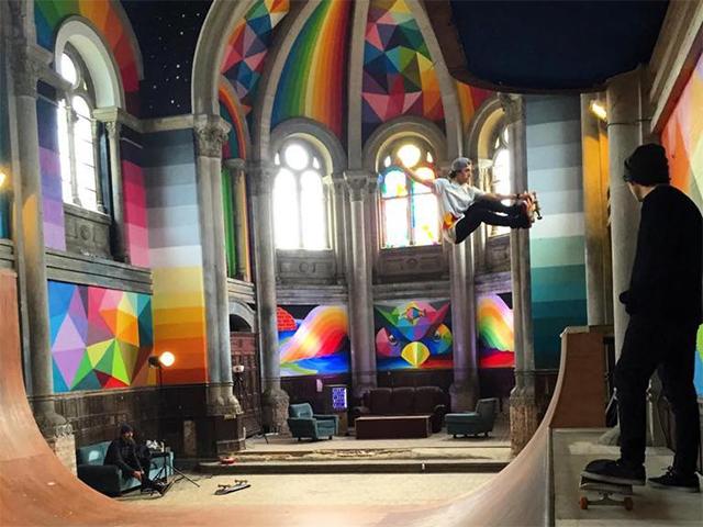 Abandonada, a igreja na cidade de Llanera, na Espanha, virou uma enorme - e linda! - pista de skate || Créditos: Reprodução Facebook