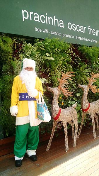Papai Noel verde e amarelo na Oscar Freire || Créditos: Divulgação