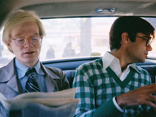 Andy Warhol no banco de trás de um táxi ||  Créditos: Peter Schlesinger