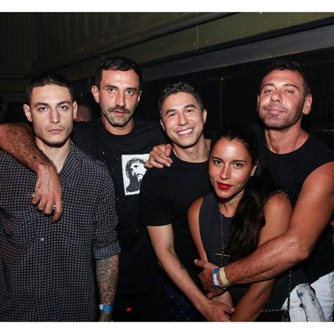 Raphael Cesana, Riccardo Tisci, André Alamda, Marina Morena e Mert Alas no Rio      Créditos: Reprodução Instagram