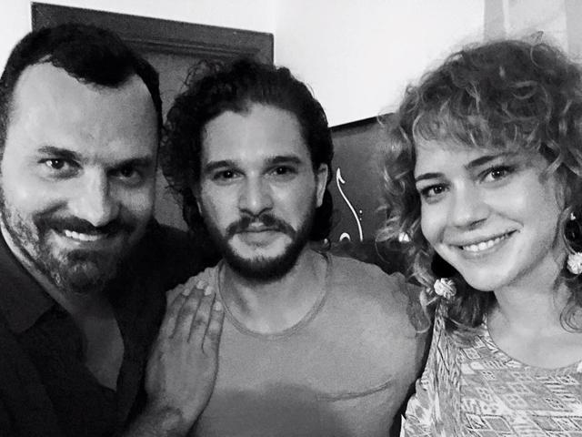 Alê Youssef, Kit Harington e Leandra Leal. Samba e noite das boas || Créditos: Reprodução Facebook