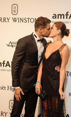 Cauã Reymond e Mariana Goldfar: beijo de amor no amfAR  ||  Créditos: Andre Ligeiro