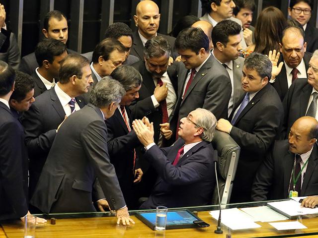 Eduardo Cunha conversa com deputados da comissão especial   Antonio Augusto/ Câmara dos Deputados