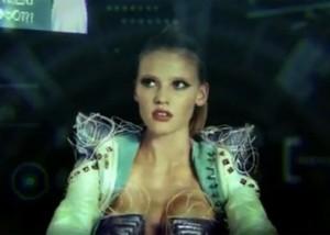 Lara Stone está no novo clipe do Hot Chip