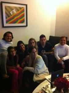 Gloria Pires reúne a família para assistir à estreia da filha Ana na TV