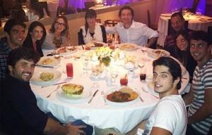 Cláudia Leitte posta no twitter foto de jantar com os amigos em São Paulo