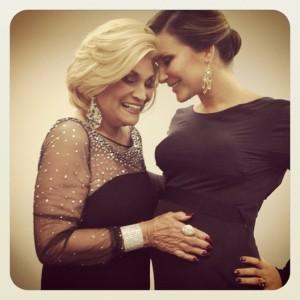 Hebe faz carinho na barriga de Claudia Leitte durante evento beneficente