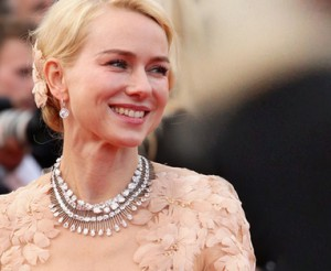 Naomi Watts arrasa com um colar de diamantes incrível no tapete vermelho de Cannes