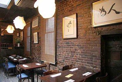 Restaurante japonês Omen, em Nova York, tem estilo rústico e aconchegante