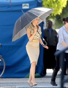 Scarlett Johansson aparece como a atriz Janet Leigh em set de filme
