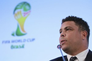 Em Cannes, Ronaldo assiste ao clássico Corinthians x Santos no iPad