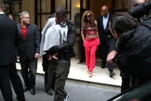 Os cantores Jay-Z e Beyoncé levam a filha, Blue Ivy, a Paris