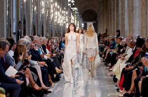 Salvatore Ferragamo apresenta coleção em desfile no Louvre