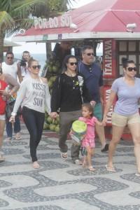 Jennifer Lopez vai à praia de Ipanema com toda a família