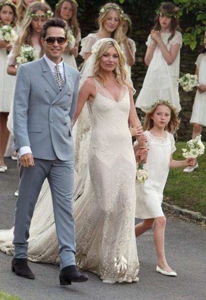 Lila Moss com a mãe e padrasto Jamie Hince durante o casamento da top