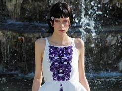 Os scarpins da Chanel que maltrataram os pés da modelo Meghan Collison