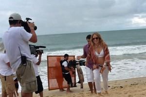 Na Bahia, Angélica exibe a barriguinha de grávida pela primeira vez
