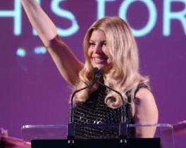 Fergie e Robert Duffy recebem prêmio pela amfAR, em Nova York